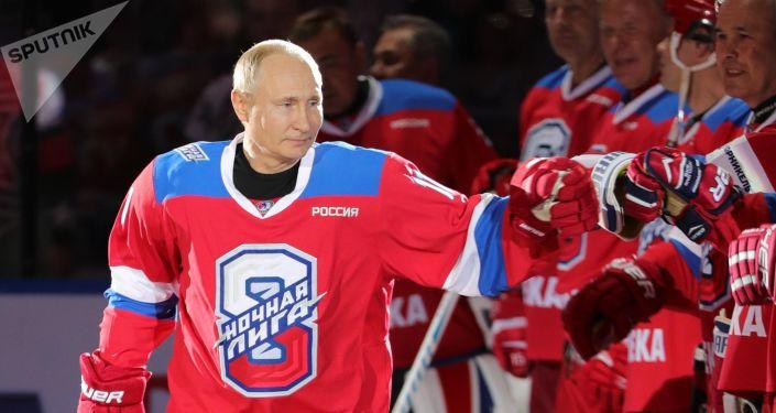 普京向第8屆全俄夜間冰球聯盟友誼賽獲勝者頒發獎狀