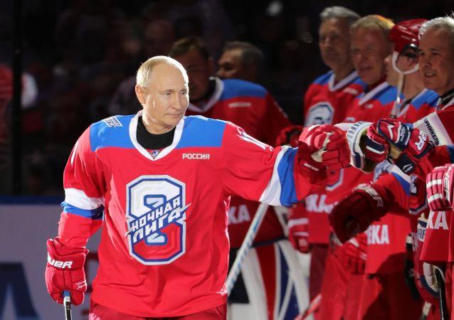 普京向第8届全俄夜间冰球联盟友谊赛获胜者颁发奖状