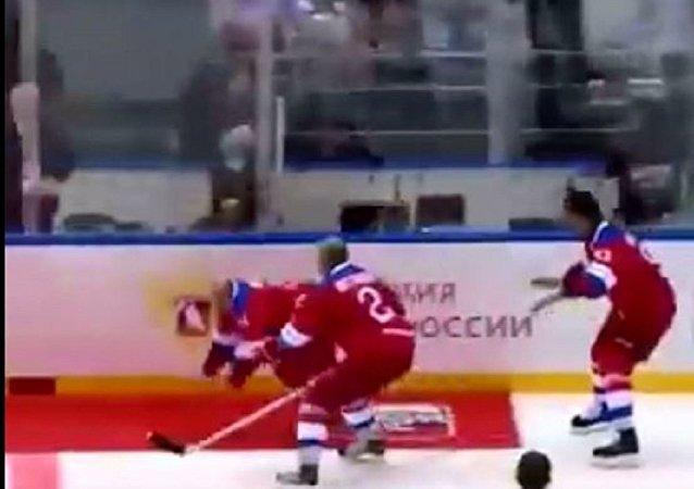 全俄夜间冰球表演赛结束后普京在冰上滑倒