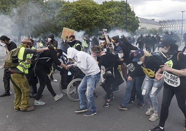 法国南特和里昂两市发生黄马甲与警察冲突