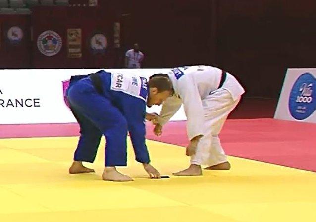 一柔道运动员在比赛中从和服里掉落手机