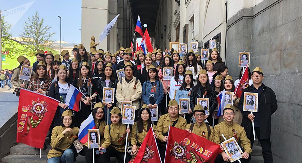 中國學生參加不朽軍團遊行活動
