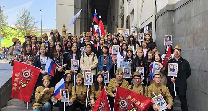 中国学生参加不朽军团游行活动