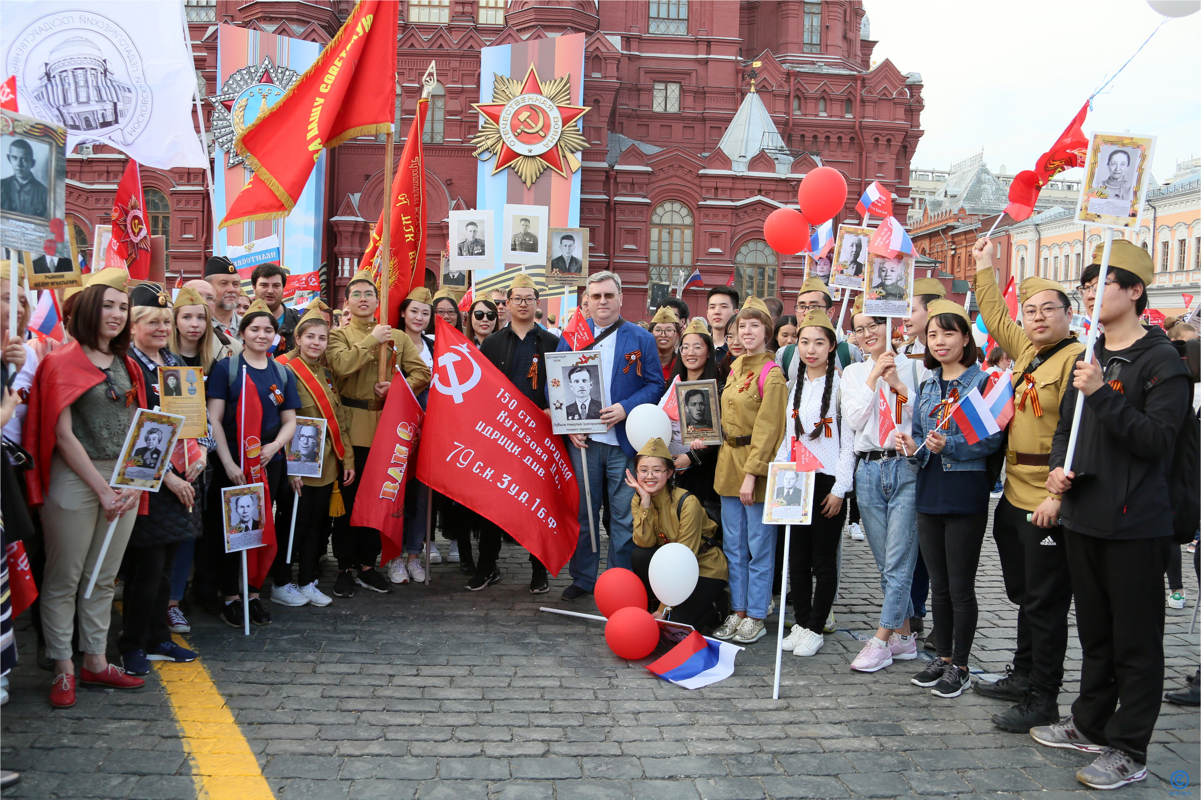 莫斯科國立師範大學校長阿列克謝•費拉基米爾•盧布克夫與中國留學生合影