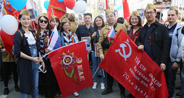 中国留学生们积极参与俄罗斯不朽军团游行活动
