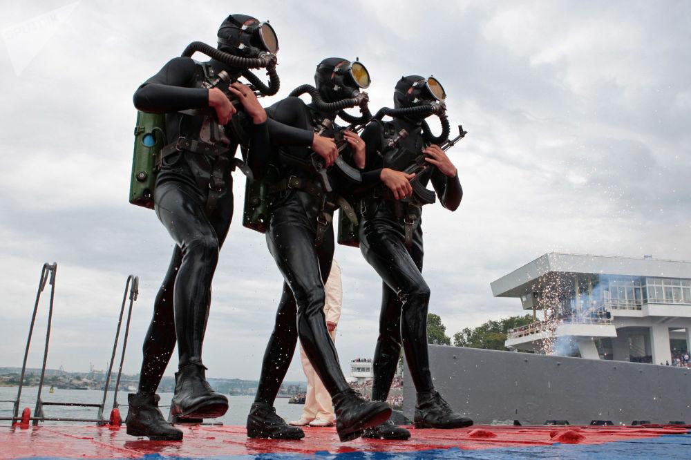 俄羅斯黑海艦隊的海軍陸戰隊員。慶祝俄羅斯海軍節。