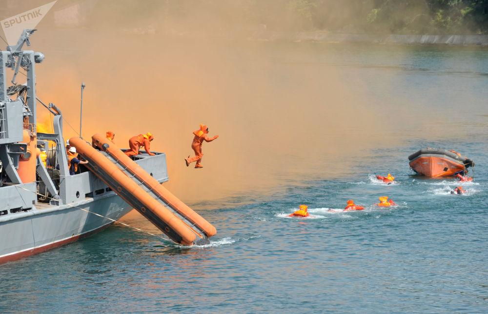 在塞瓦斯托波爾俄羅斯黑海艦隊基地進行的救助水上遇險人員演習。