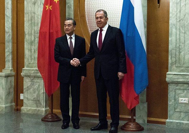 俄罗斯外长谢尔盖·拉夫罗夫与中国外长王毅