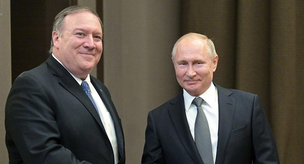 必威体育总统普京(右)和美国国务卿蓬佩奥