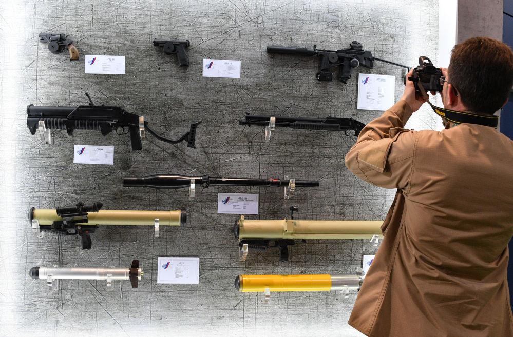 一位觀眾拍攝武器展台,「米列克斯-2019」國際武器裝備和軍事技術展,明斯克