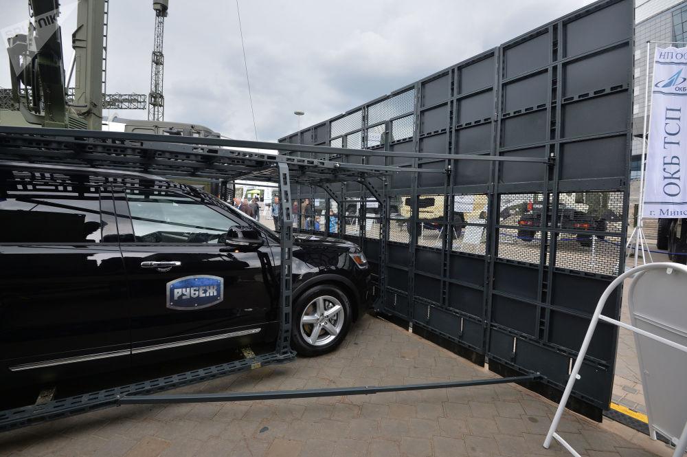 用以遏制和平息騷亂的配備「界線」防禦裝置的汽車。