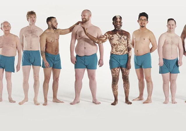 一众非标准身材的男子身着内衣拍摄了名为男性之美的照片