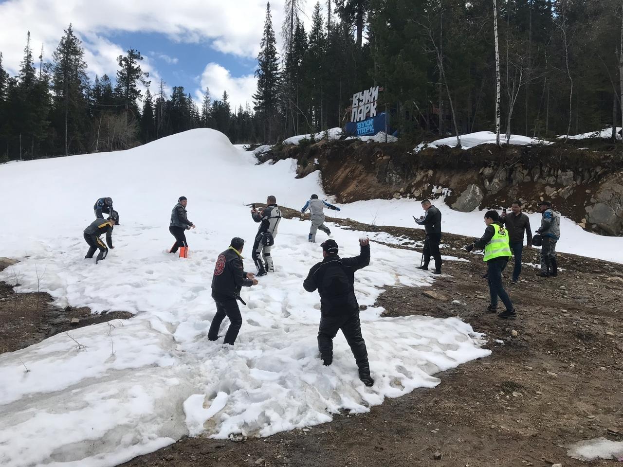 幾名中國騎手沒見過雪,所以我們就開始打雪仗。他們像孩子一樣嬉戲打鬧,之後對我們表示感謝。