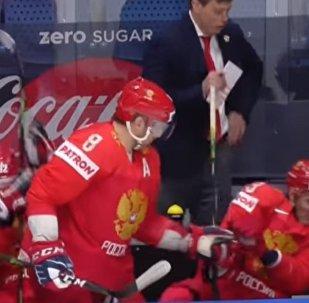 俄羅斯冰球運動員奧韋奇金把朋友從飛向他臉龐的冰球下拯救出來(視頻)