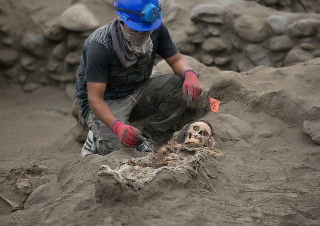 在秘魯發現了「四條腿」的古人墓冢