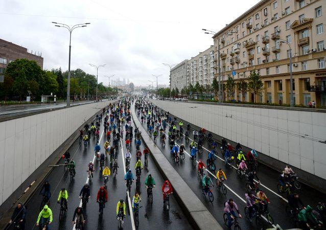 莫斯科自行车日汇集4万多名参与者