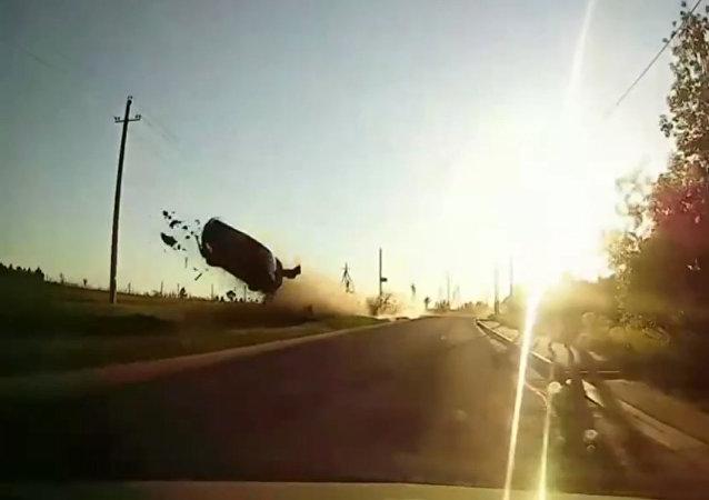 小轿车转弯失控飞起底朝天落地