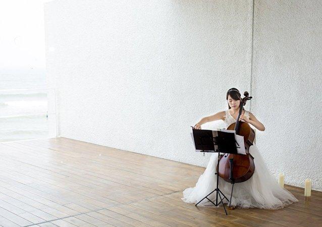 高巾棋演奏大提琴