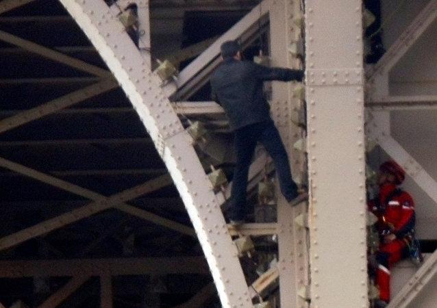 不明男子攀登巴黎埃菲尔铁塔