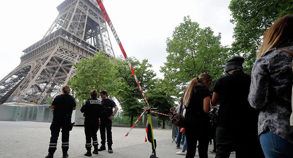 爬上埃菲尔铁塔男子向救援人员投降