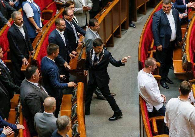 澤連斯基簽署烏克蘭總統令 規定在7月21日提前舉行議會選舉