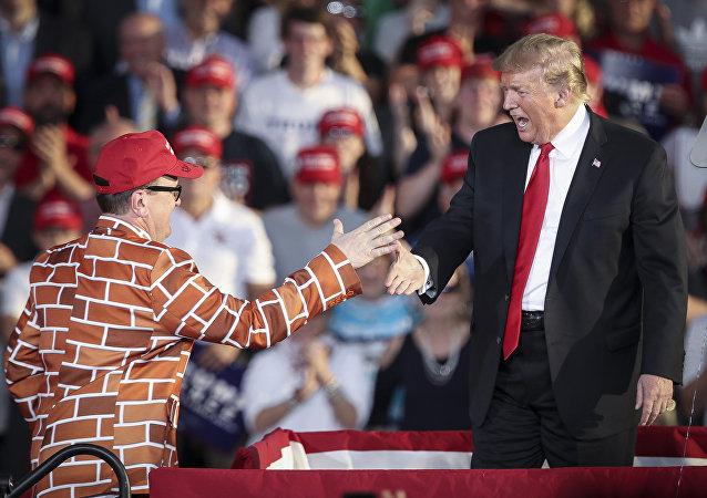 美国男子穿砖墙图案西装支持特朗普