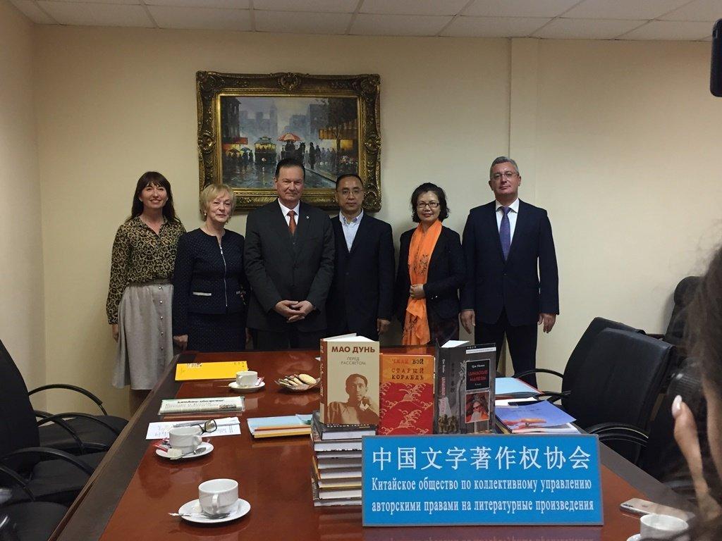 """5月15日中国文字著作权协会向俄罗斯远东联邦大学赠送""""中俄互译出版项目""""成果和其他版权贸易中俄文图书100种。"""