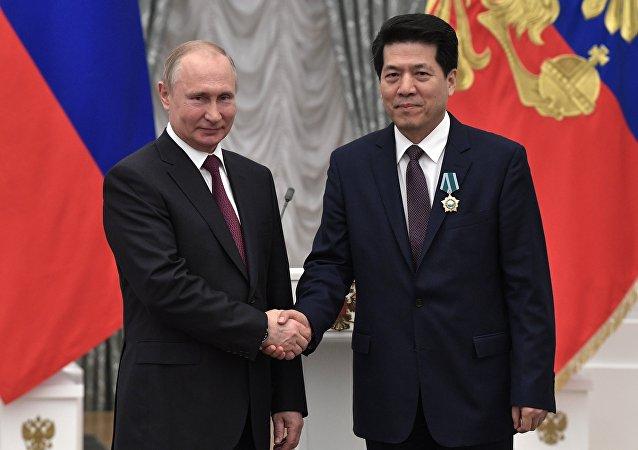 普京授予中国驻俄大使李辉友谊勋章