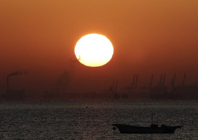 朝鲜半沉帆船被风暴冲到俄符拉迪沃斯托克岸边