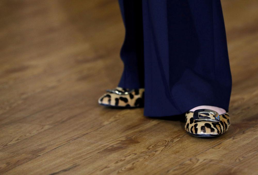 英國首相特蕾莎·梅鞋子的特寫。