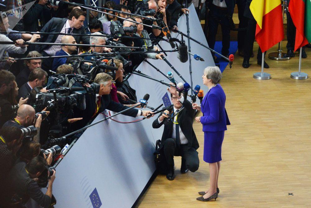 英国首相特蕾莎·梅在布鲁塞尔举行的欧盟峰会上回答记者的提问。