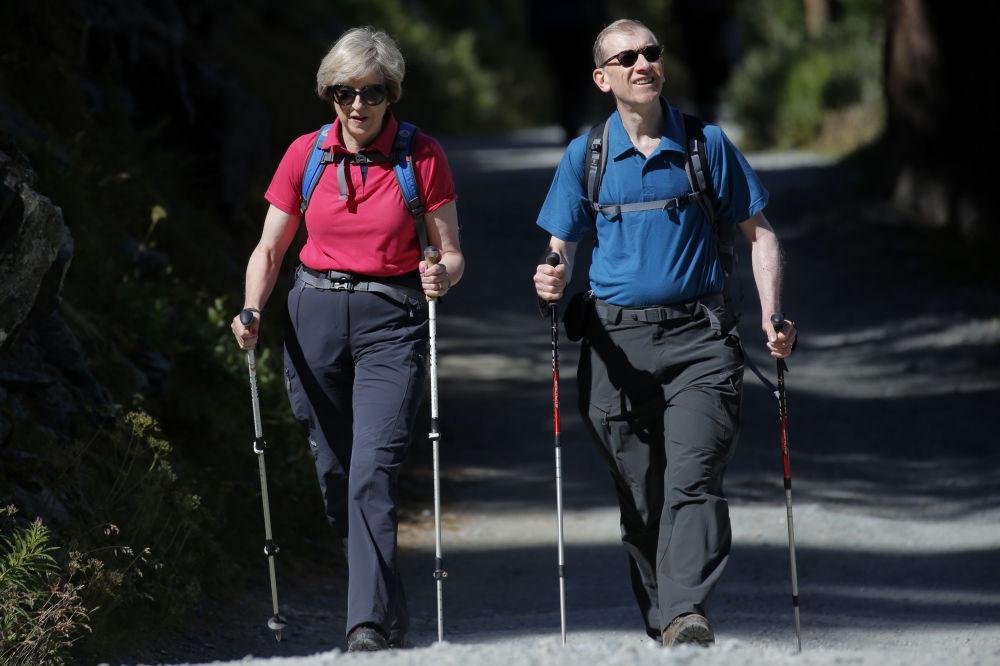 英國首相特蕾莎·梅與她的丈夫菲利普在瑞士林中散步。