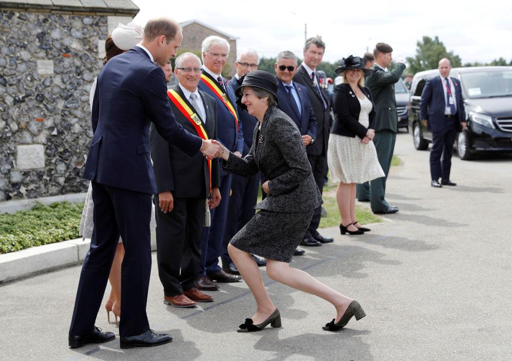 英國首相特蕾莎·梅歡迎威廉王子和劍橋公爵夫人凱瑟琳出席比利時巴雪戴爾戰役100週年慶祝活動。