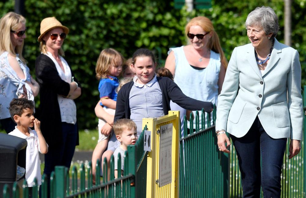英國首相特蕾莎·梅在英國歡迎來參加歐洲議會選舉的人。