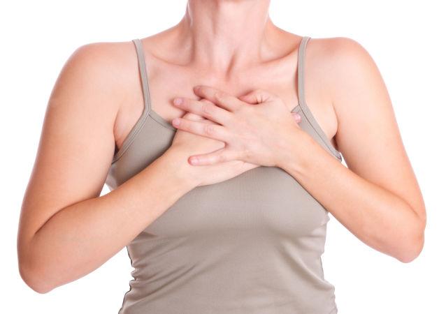 一女士穿紧身内衣16年 换来胸口一个洞