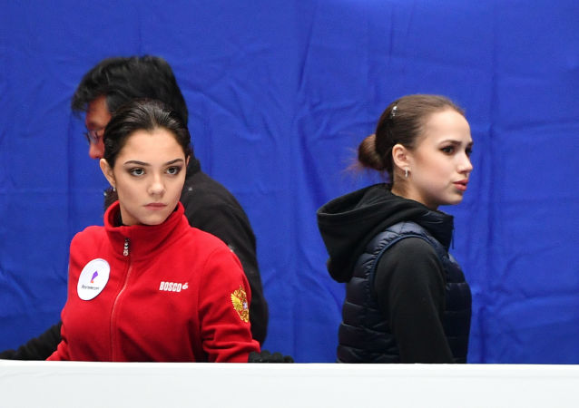 俄罗斯花滑运动员阿丽娜•扎基托娃和叶甫盖尼娅•梅德韦杰娃