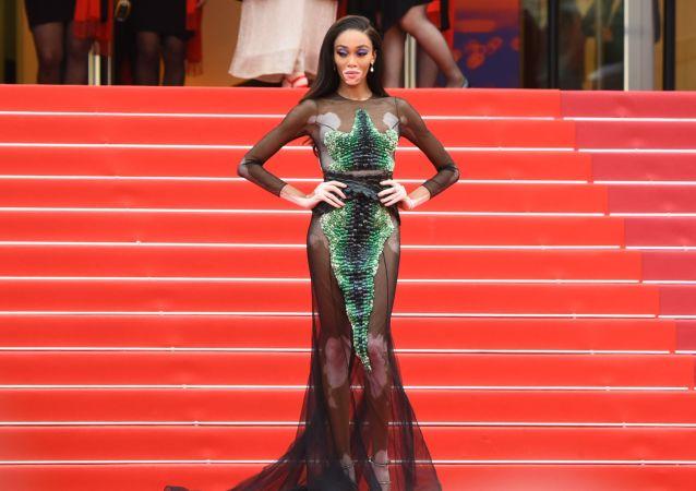 第72届戛纳国家电影节电影《我的天啊!》红毯上的加拿大时尚模特温妮·哈洛