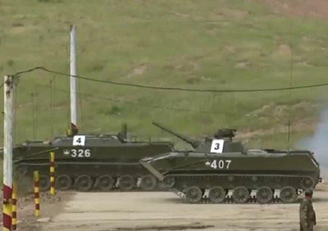 網絡上出現美國軍校學生乘坐蘇聯T-64坦克的視頻