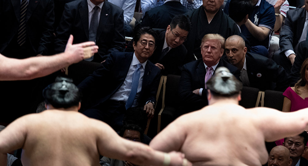 特朗普向日本夏季相扑锦标赛冠军颁发美国总统奖杯