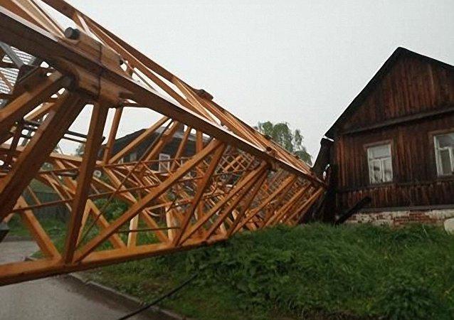 彼爾姆市內塔式吊車坍塌砸毀三棟民宅