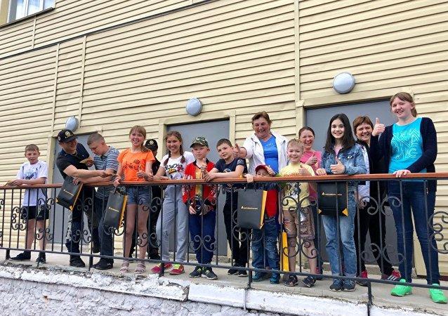 孤兒院迎來了俄羅斯和中國的摩托車手