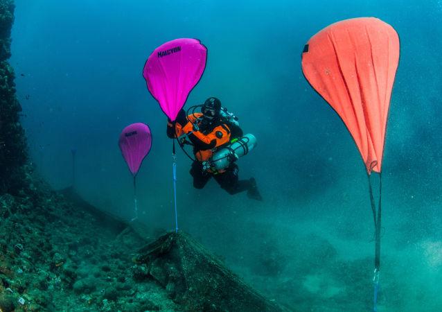 清理希臘半島海底鬼網
