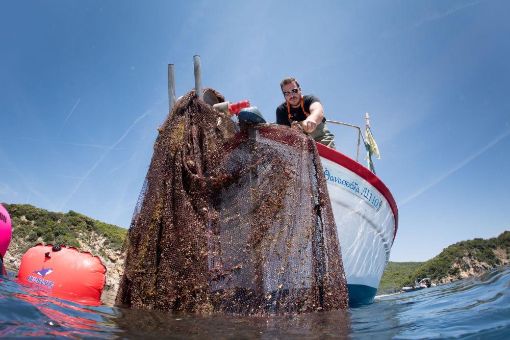 清理希腊半岛海底鬼网