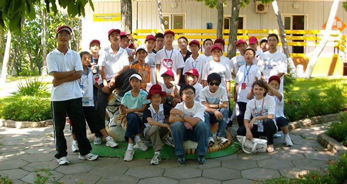 2008年7月,四川地震受災孩子前往「海洋」療養院(席浚斐 居中)