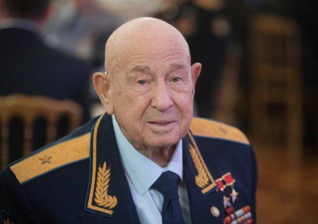 「太空行走第一人」阿列克謝·列昂諾夫在醫院過壽辰