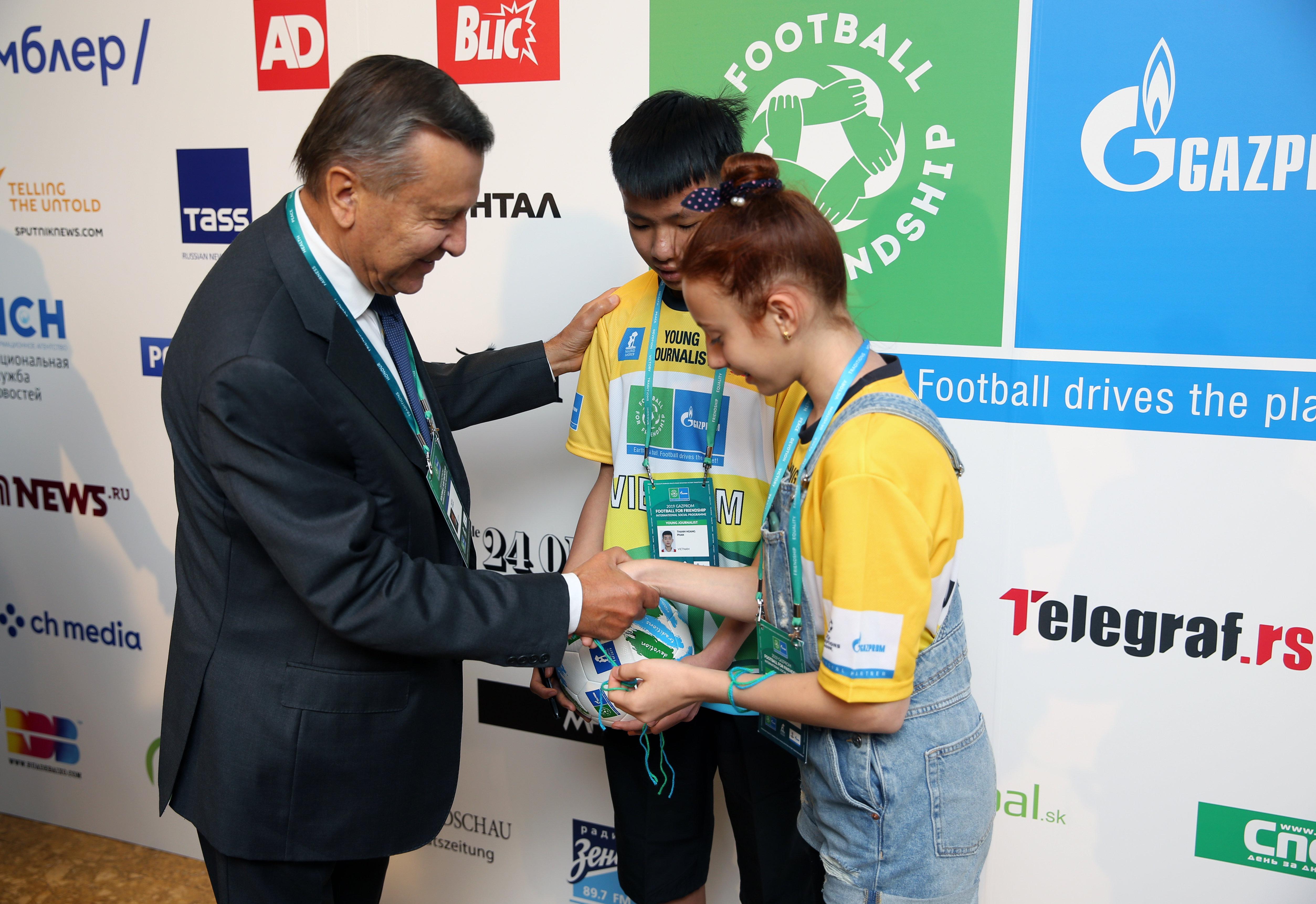 俄罗斯天然气工业股份公司的董事会主席尤祖布科夫和年轻足球员