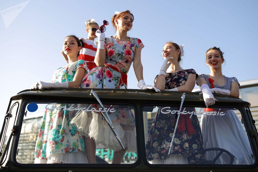 """格连吉克""""纳西莫夫""""汽车拉力赛,在GAZ-66卡车上照相的女孩们。"""
