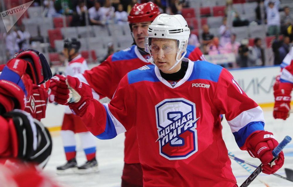 2019年5月10日。俄罗斯总统弗拉基米尔∙普京在索契大冰宫的夜间冰球联盟比赛上与冰球运动员打招呼。