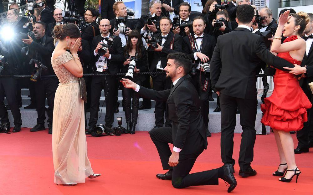 第72届戛纳国际电影节的电影《隐秘的生活》首映式上一名男子向一名女子求婚。