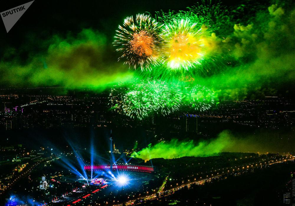 """莫斯科CBD商圈""""奥卡""""塔看到的俯首山庆祝胜利日的焰火。"""